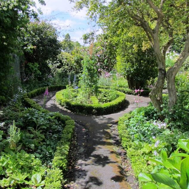 Circular hedged garden